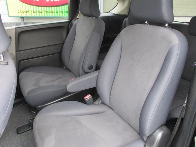 2列目キャプテンシートを採用した7人乗りなら、車内の移動が自由自在。2列目シートにチャイルドシートを2つ装着しても3列目シートへの移動がスムーズに行えます。