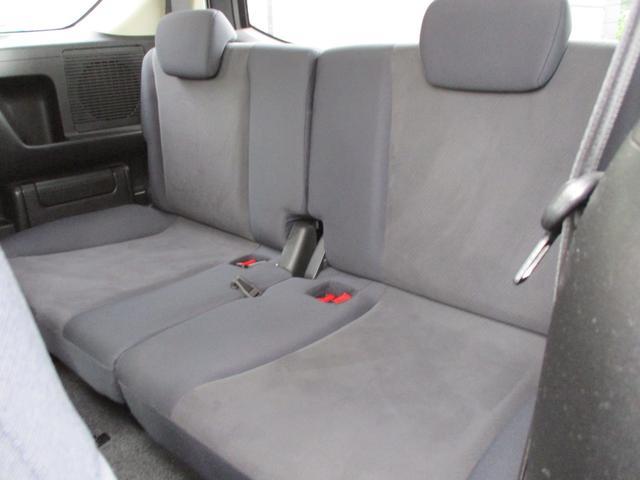 大人3人がゆったり座れる大型サイズのベンチシート。くつろぎを深める大型センターアームレストや足元を広げる200mmスライド機構を採用。