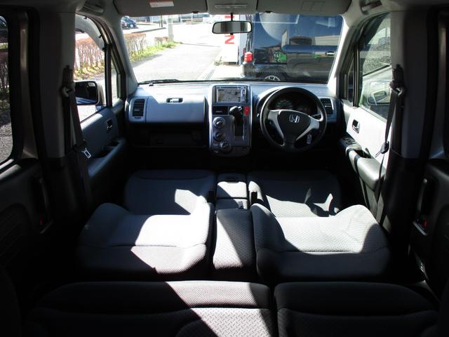 ここまでフラットになるのはスパイクだけ!他車ではフラットになってもシートの形状の問題で意外と凸凹!このモビリオは本当に気持ちよく横になれます!ベンチシートなので隙間がありません!