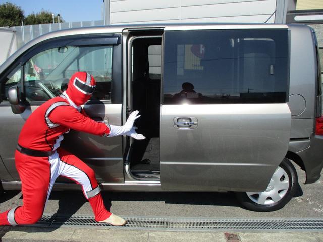 電動スライドドア付き!グレードWは標準装備です。リモコン操作も可能です。お荷物を車内に乗せる時や小さいお子様がいる方はとっても重宝されております。さっかく購入なら電動スライドドアはいかがですか??