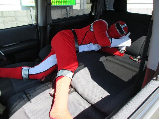 フルフラットシートアレンジ!!長時間ドライブ時に仮眠で横になれるのはとってもうれしいですね!