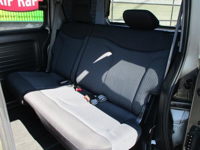 2列目シート!ベンチシートタイプですのでお子様から大人の方までゆったり乗車!チャイルドシートもしっかり固定できますよ!