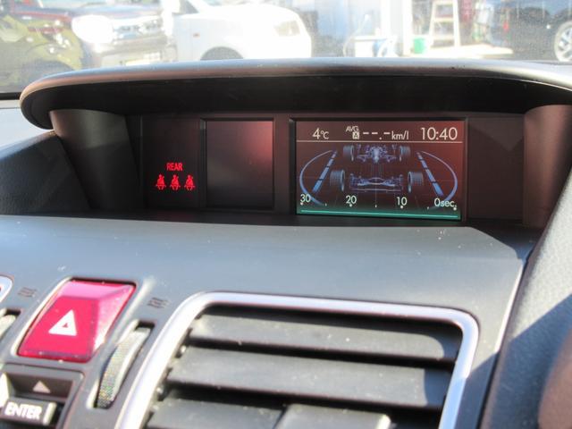 インパネ最上部に、インフォメーションモニター。車両の状態など細かくチェック可能です。