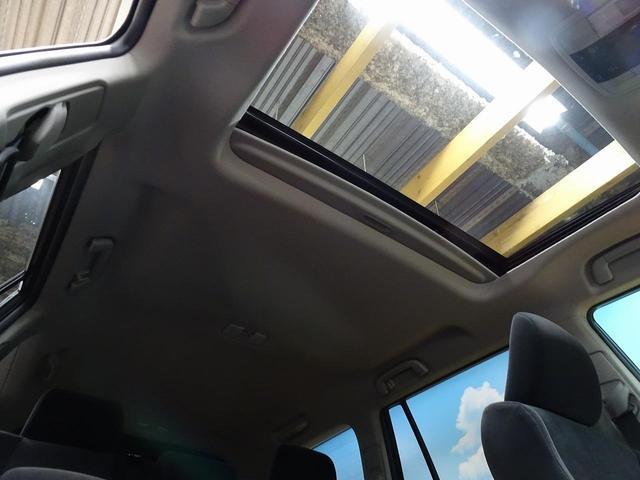 開放的なムーンルーフからは、爽やかな風や温かい陽の光が車内に差し込みます。