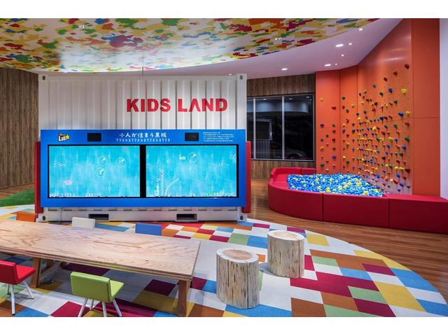 """当店自慢の「KIDS LAND」にはあの""""team Lab☆さんの「小人が住まう黒板」も!お子様も汗をかくほど遊んで頂けます!"""