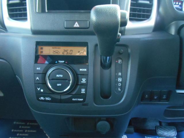 快適なドライブには欠かせない『フルオートエアコン』を装備!!その右側には『アクセサリーソケット』があります!!