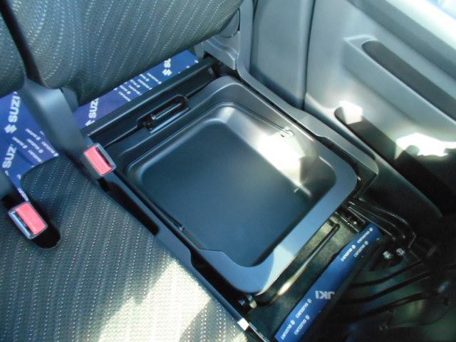 助手席の座面を前方に持ち上げると『シートアンダーBOX』が出現!!車検証入れ等はココへ収納!!