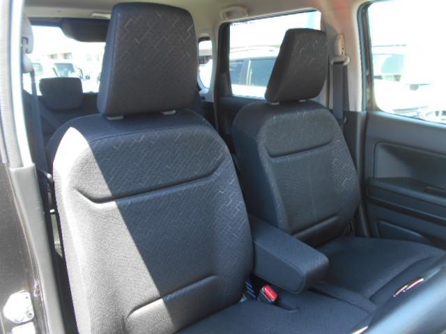 グレー系のシート!!運転席と助手席の間には『アームレスト』が付いています!!