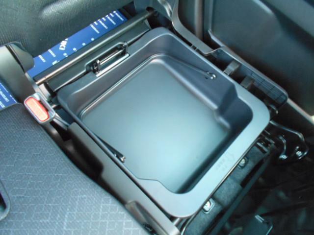 助手席の座面を前方に持ち上げると『シートアンダーBOX』が出現!!