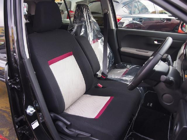 シートはオシャレな配色♪車内も華やかな雰囲気になりますね☆