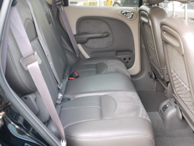後部座席は座って頂くと分かります。と〜っても広くラグジュアリーな気分で移動できます。
