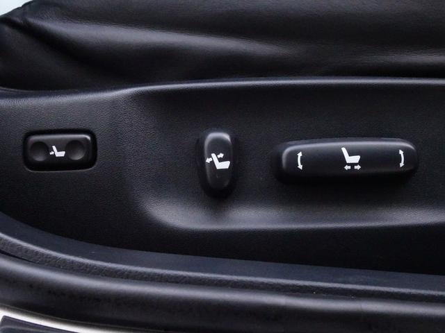 運転席はパワーシートとなりますので、ボタン一つで細かなシートポジションが設定可能です。