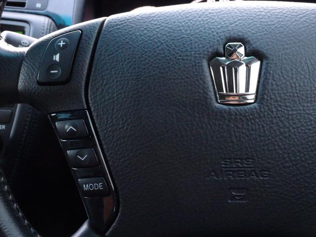 ステアリングオーディオコントローラーを装備しております。こちらでは運転中でもハンドルのスイッチを押すだけでオーディオの音量調節等が可能でございます。