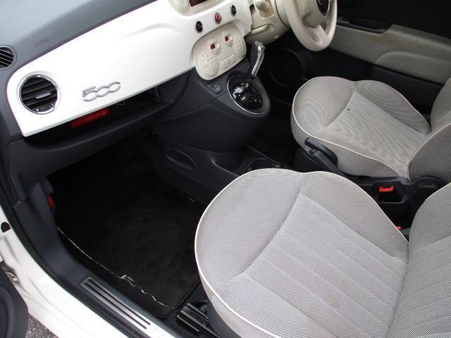 運転席・助手席ともに純正フロアマットが敷いてあります。