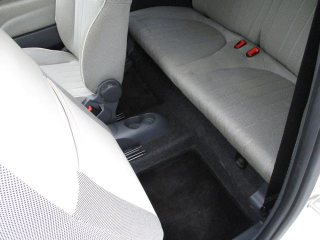 後部座席にもフロアマットが敷いてあります。