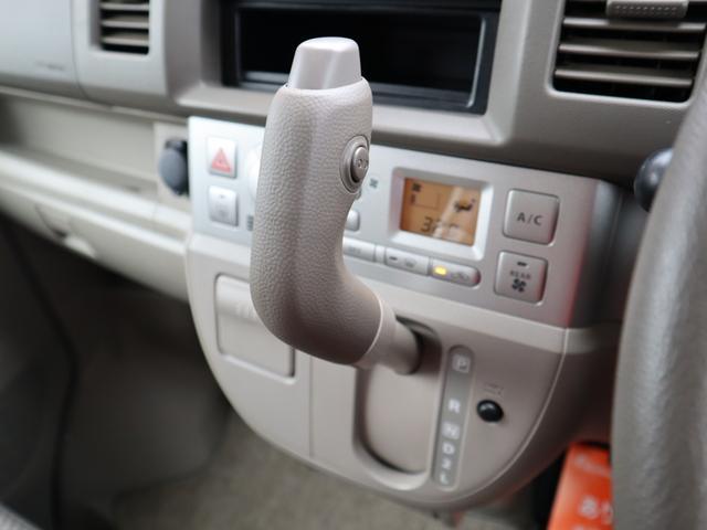 ハンドルから手を離すとすぐに届くシフトレバーは操作性に優れ、目線もあまり移動しなくてよいので安心して運転できます。