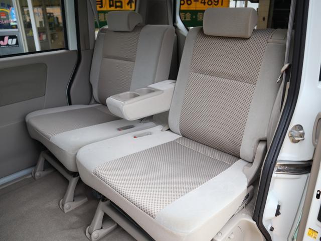 後ろにスライドさせて後席の足元を広げたり、前にスライドさせて荷室を広げたり。