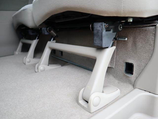 リヤシート下に4ヶ所の吹き出し口を用意。寒い季節には後席を足元から快適に暖めます。