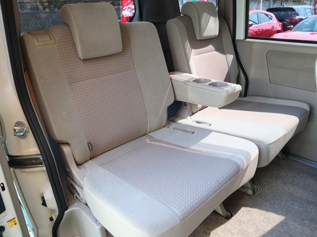 手触りのよいシートには、十分な厚みとほどよい反発力をもたせたクッションを採用。左右独立したリクライニング機構も装備して、疲れにくく快適な座り心地を追求しています。