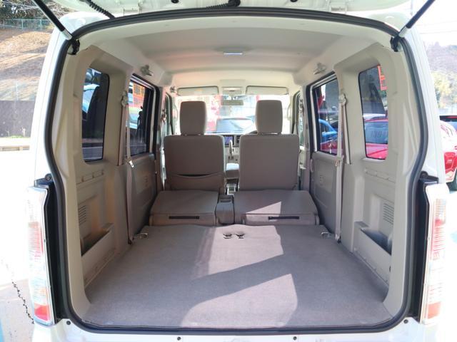 シートバックを倒し、さらに座面を落とし込むと、このような広大な荷室空間を作ることができます。