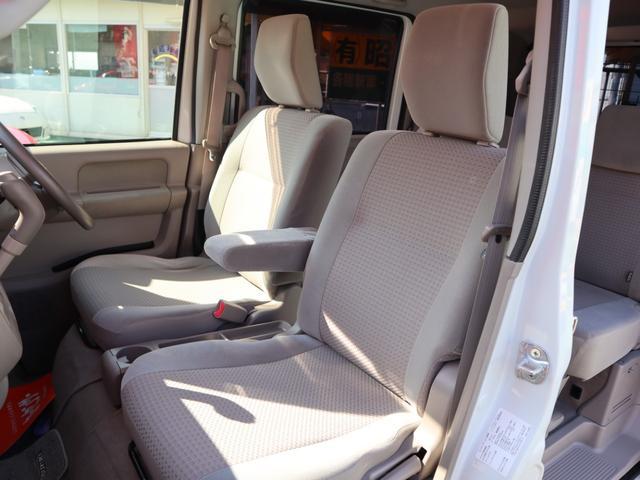 インパネシフトの採用で前席の足元に広いスペースを確保。前席での移動もスムーズです。