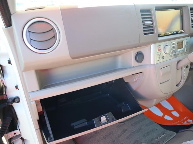 ダッシュボードやグローブボックス収納も使いやすくすっきりしまえて、すぐに取り出せるからいろいろ持ち込みたくなる運転席まわりです!