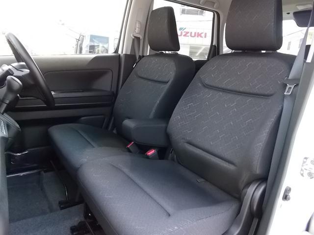 シートには質感の高い専用表皮を使用!ベンチシートにアームレストも付いてゆったりくつろいで座れます★