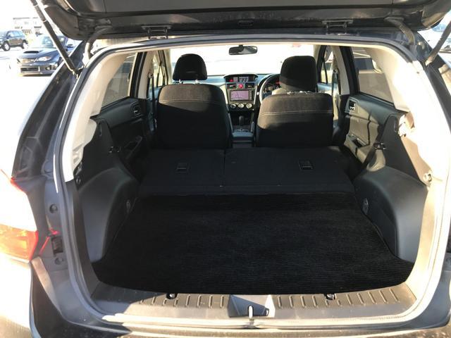 更にセカンドシートの背もたれも簡単に倒せますので更に大きな荷物を積むときにも便利な1台です♪