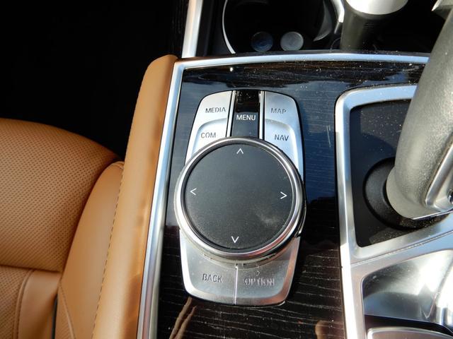 シンプル且つ直感的な操作で、コントロールディスプレィに表示される様々な機能を設定可能にするiDriveコントローラー装備♪