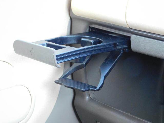 助手席側ドリンクホルダーです♪引き出し式で、使わない時は格納できるのでスッキリです♪