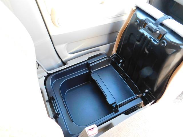 さらにさらに!!シートを上げると深い収納スペースが・・・♪