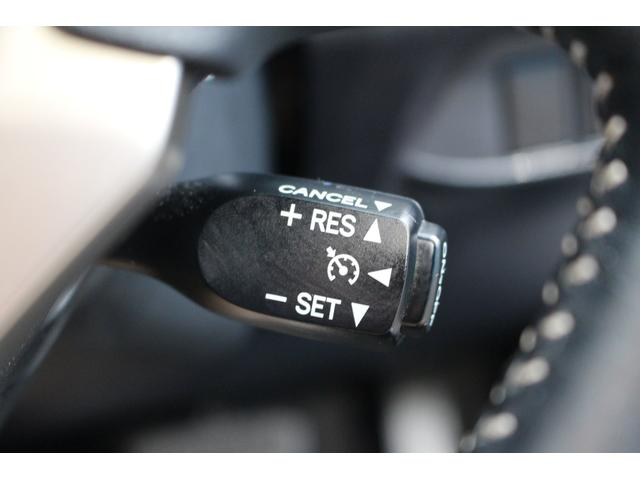 車が運転者が設定した速度一定に保ってくれる機能です。楽なので高速道路を長距離移動する際など役に立ちます!うっかり速度オーバーや上り坂で知らず知らずの内に速度が下がってたなんてことも無くなりますよ!