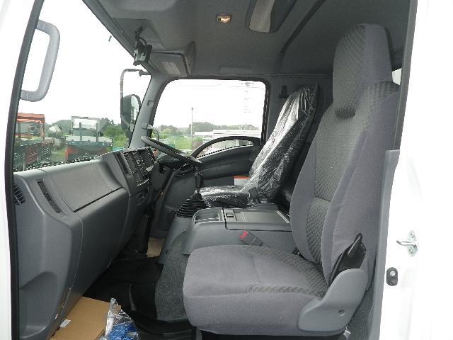 いすゞ フォワード 未使用車 アルミウイング ワイド幅 ベッド付キャビン