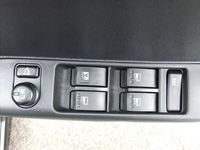 運転席ドアにはサイドミラー格納、左右調整スイッチがあります★運転席からドライバー様のお好みの位置に微調整が可能です★
