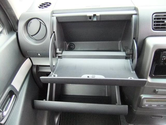 助手席前にワイドサイズの収納BOXあり☆車検証・取説等も収納できる便利な場所です★