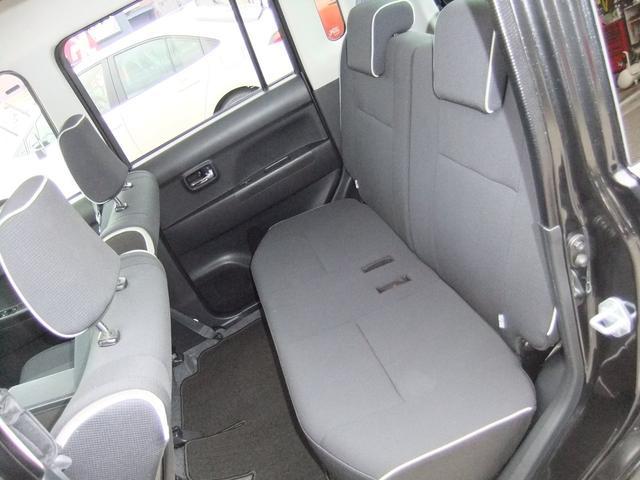 左側からの後席全体です☆ベンチシートなので広々していて後席に座った方も快適な空間です!!