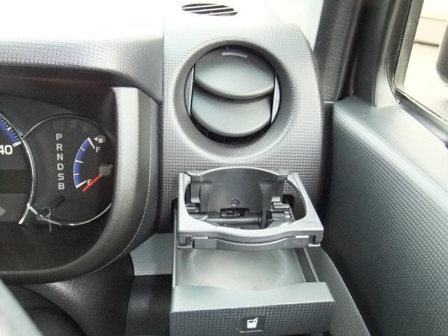 運転席ドリンクホルダーとエアコン吹出口です☆角度調整が従来のデザインより大幅に広がり便利です!そのまま閉じれば風をシャットアウトも可能です★