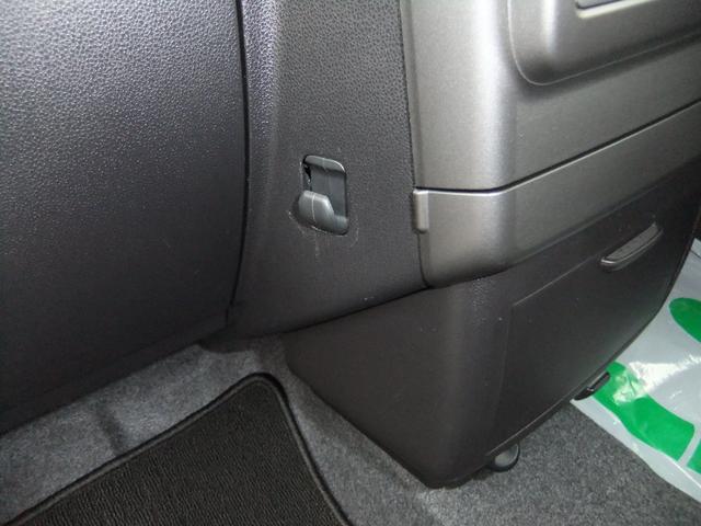 助手席側の足元にフックがあります!軽量の荷物や袋をかけておくのに便利です♪