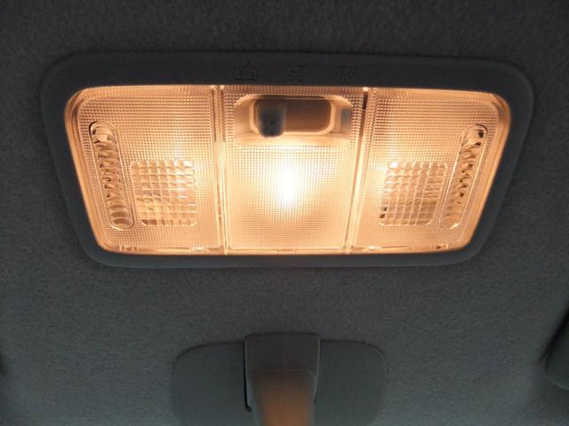 ルームランプです!スイッチの位置によって、点灯、消灯の切替ができます♪また、運転席、助手席の手元を照らしたいときにはライト部分を押せば運転席側、助手席側のみつけることができます☆