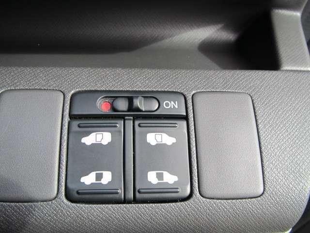 運手席の右下にはや両席パワースライドドアの操作が出来るスイッチが装備されています♪                      ホンダカーズ東京中央 北池袋店  03-3959-1155