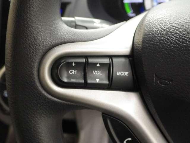 ステアリングにはオーディオコントロールスイッチが付いており、手元で操作出来ますので大変便利です。
