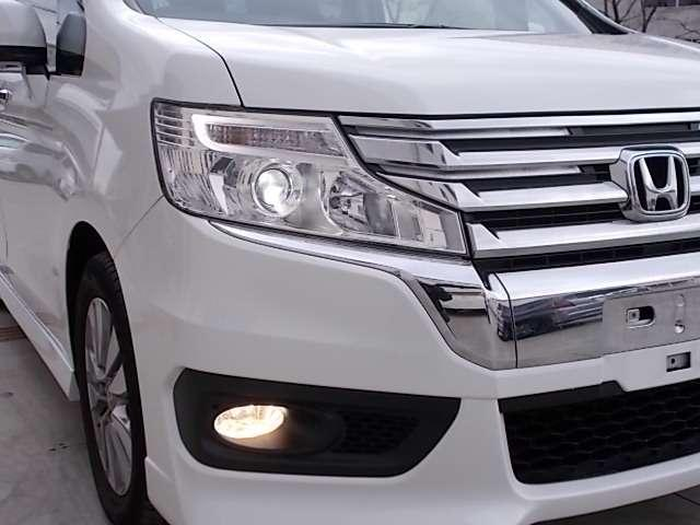 ディスチャージヘッドライトとフォグライトが暗い夜道のドライブを明るく照らします。