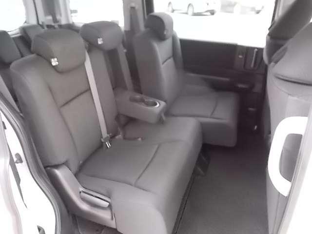 セカンドシートはベンチシートタイプ!ミニバンだから一人でも多くの人に乗ってもらいたいなら7人乗りよりは8人乗りがイイですね♪ゴロンと横になれるのもポイントです!