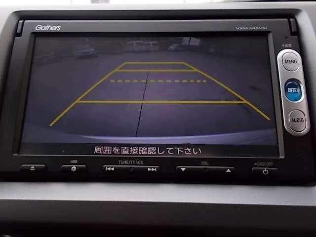 バックカメラが車庫入れをサポートします。狭い場所への後退での駐車も安心です。