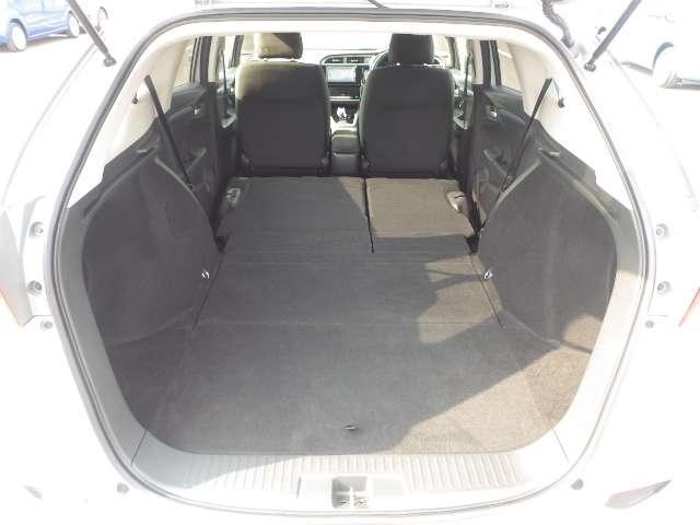 リア席の背もたれを前方に倒すと更に長大なスペースが現れます。長尺物を積むのにも便利です。