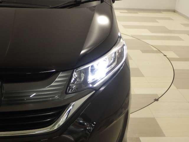 LEDヘッドライトが暗い夜道のドライブを明るくサポートします。