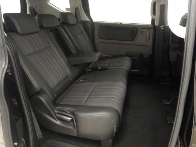 2列目シートはベンチタイプのシートを採用。大人がゆったり座れるシートです。シート中央部には大型アームレストが装備されています。
