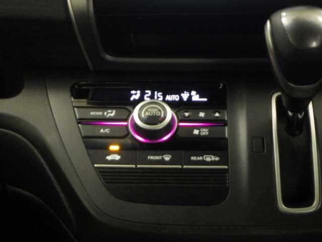 オートエアコンが装備されています。車内は1年中快適です。