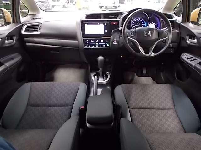 【前方視界】開放的な前方視界!フロントガラスが大きいので運転がしやすく疲れにくいです♪ ナビのモニターも高い位置に有るので視線の移動も少なく済みます!