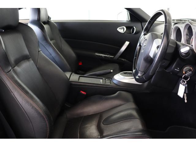 運転席周辺の状態でございます。ブラック/グレー色を基調とした落ち着いた印象を与える室内空間となっております。